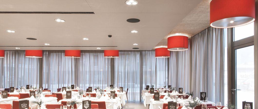 Плиты ПроАкустик, использованные для обшивки потолка, обеспечивают приятную акустику в помещении