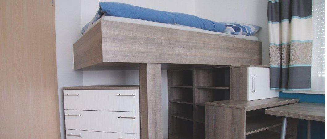 Durch das Hochbett und die Kommode entsteht zusätzlicher Stauraum.