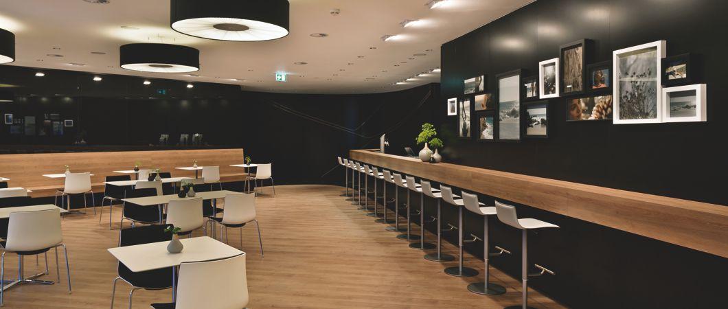 Черный цвет в сочетании с дубом на выставочном стенде компании Мерседес-Бенц.