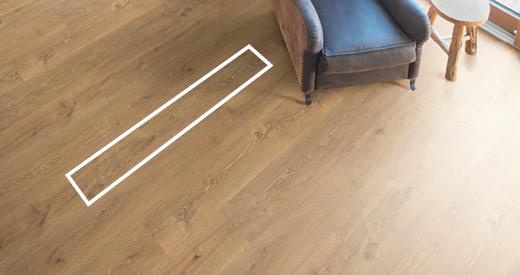 Breite Fußbodendielen unterstreichen eine großzügige Raumwirkung