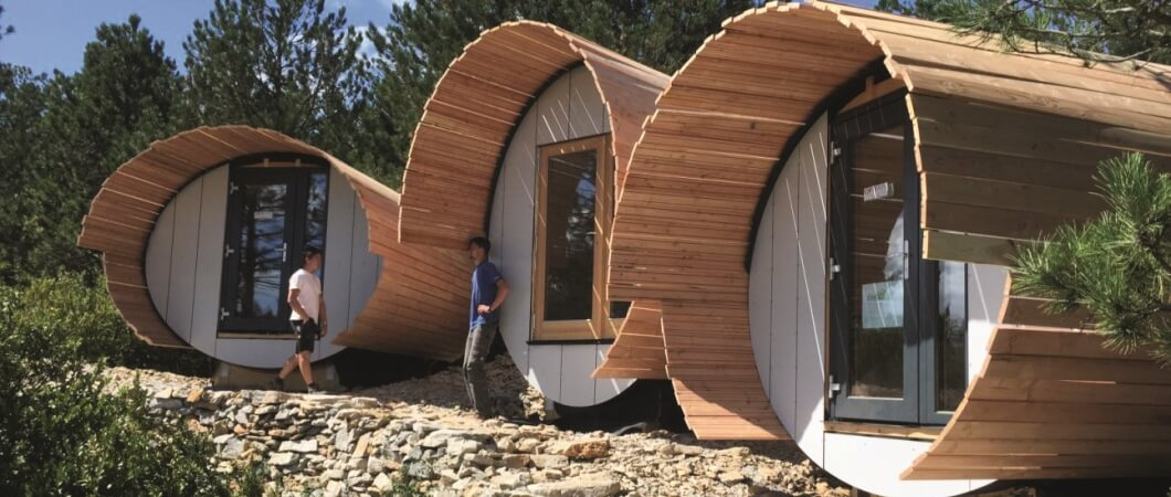 Butoaiele placate cu lemn, pe terenul experimental pentru arhitectură din Cantercel.