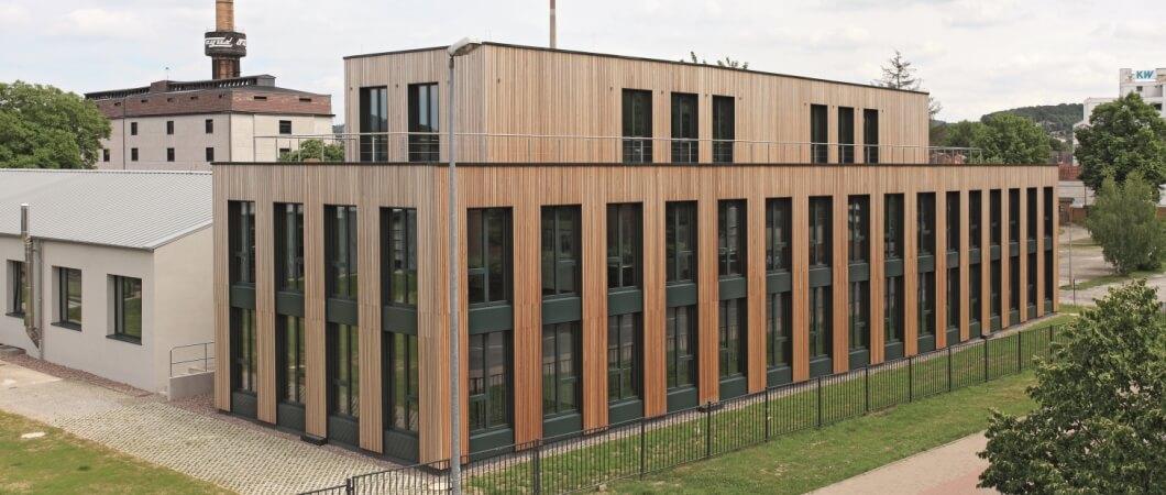 Двухэтажный административный комплекс имеет практически прямоугольную форму.