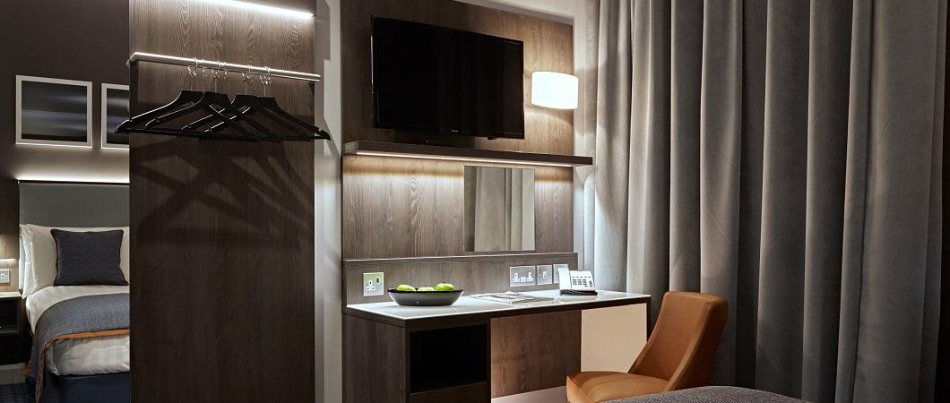 Дуб Гладстоун сепия использован для отделки письменного стола и гардероба в номере.