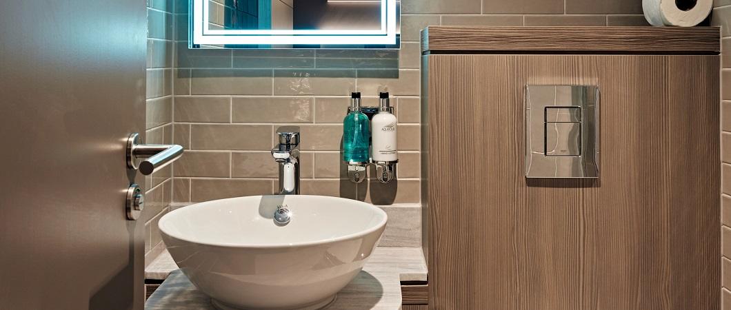 Cосна Авола серая встречается во всех ванных комнатах отеля.
