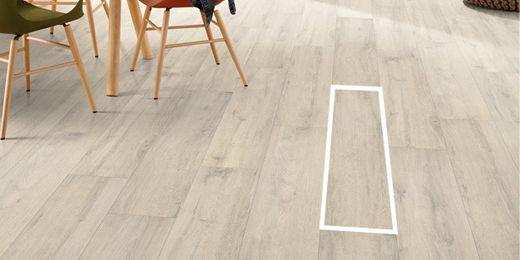 Szerokie deski podłogowe sprawiają, że podłoga wygląda elegancko.