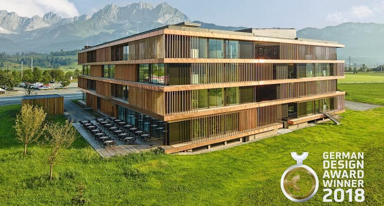 """Architekt Bruno Moser (architekturWERKSTATT) otrzyma nagrodę w kategorii """"Doskonała komunikacja wizualna"""" podczas gali German Design Award za swój projekt """"Stammhaus St. Johann in Tirol""""."""