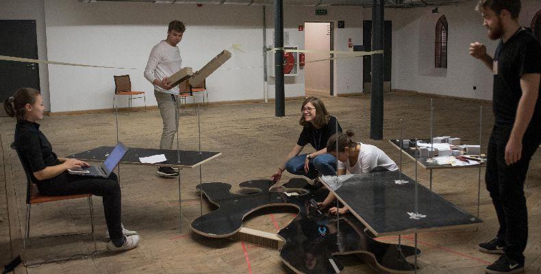 Grupa studentów pracująca z płytami PerfectSense