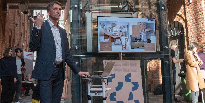 Wojciech Pytliński -  doradca architektów w EGGER podczas prezentacji.