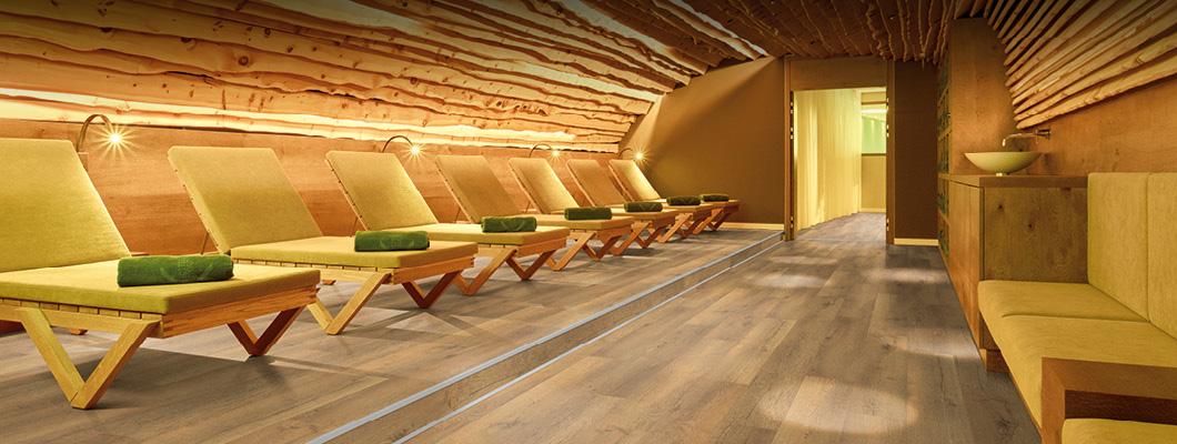A nedves helyiségekbe is megfelelő Design és Aqua+ laminált padlóink nedvességállóak