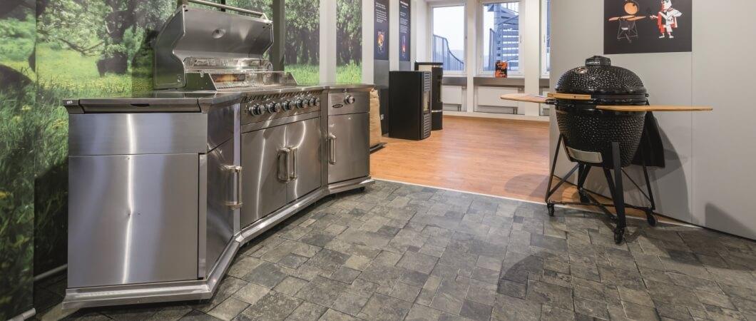 A kültéri grilltűzhely látványa tökéletesen illik az F831 Antracit mozaikkő dekorhoz