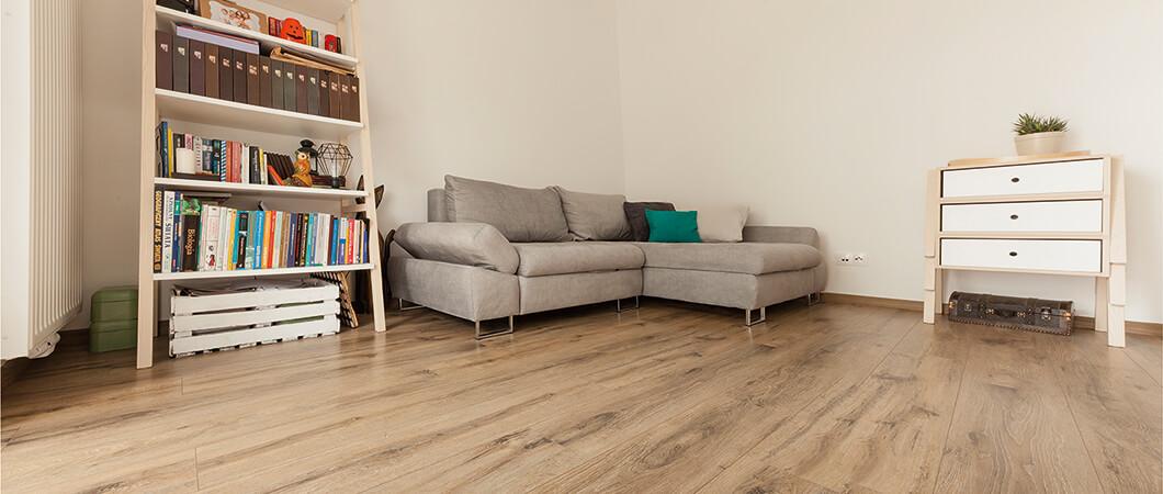 Le décor Chêne Memento foncé se marie parfaitement avec les nuances claires qui ornent l'intérieur de l'appartement.