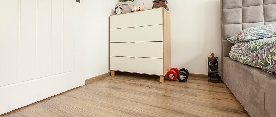 Een blikvanger in de slaapkamer – de EPL019 parket eiken donker.