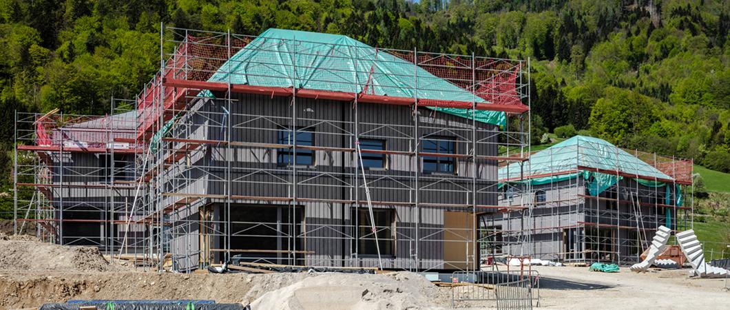 Три из четырех домов на стадии строительства.