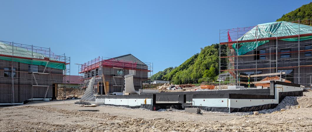 Возведение стен последнего четвертого дома, предназначенного для проживания двух семей.
