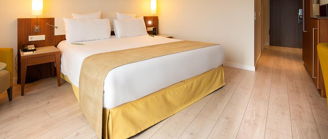 Декор EPL080 создает комфортную атмосферу в номере отеля.