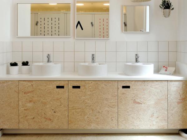 Мебель из плит ОСП можно увидеть и в ванной комнате.