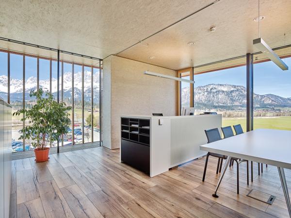 Стены головного офиса компании ЭГГЕР из плит ОСП создают ощущение тепла и уюта.