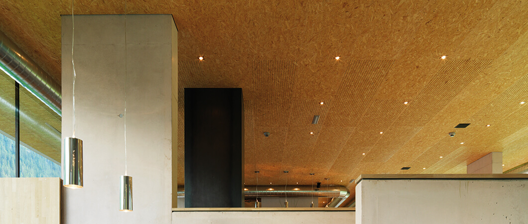 В интерьере помещения плиты ОСП использовались в качестве акустических элементов.