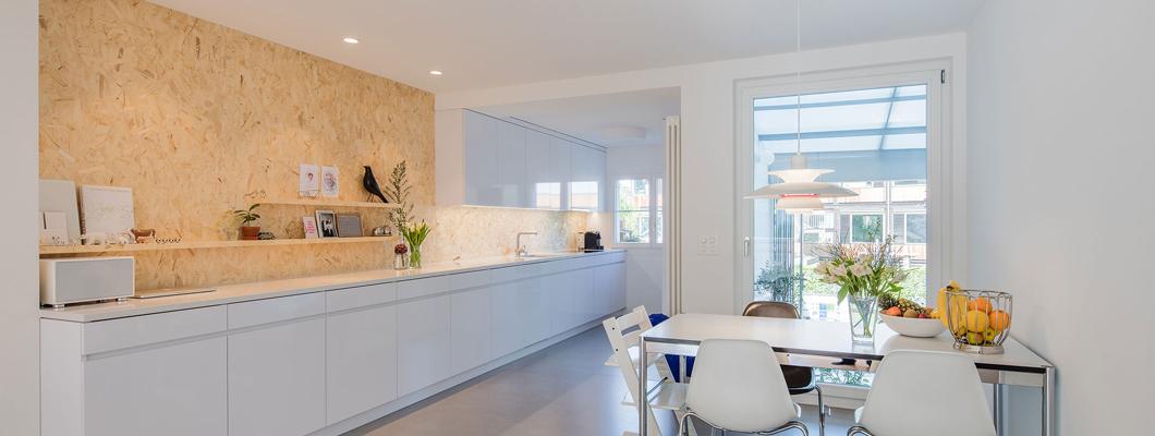 На фоне остальных предметов обстановки стена кухни, выполненная из плит ОСП, стала красивым акцентом. © Rafael Schmid Architekten AG