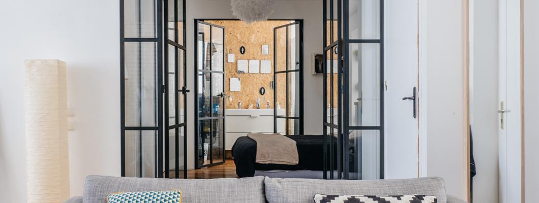 С помощью плит ОСП, архитектор Шарлотте Фекё придает ванной комнате индивидуальный характер.  © Anthony Delanoix
