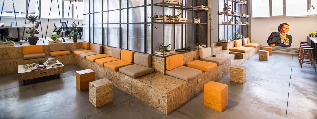 В коворкинг-центре компании Habita даже мебель для отдыха выполнена из плит EGGER OСП 3. © Murathan Varol