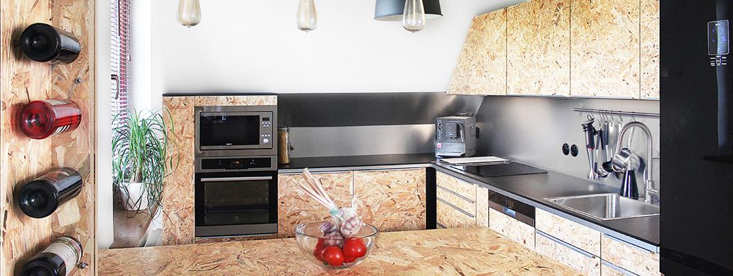 Плита ОСП смотрится отлично и в качестве обшивки фасадов кухонных шкафов. © www.projektach.pl