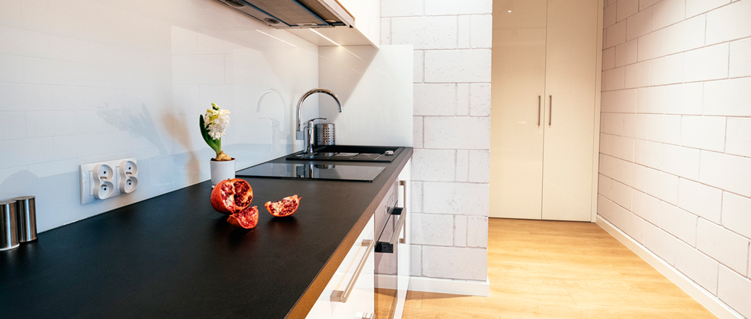 The kitchen features W1000 PG Premium White and U999 ST89 Black.