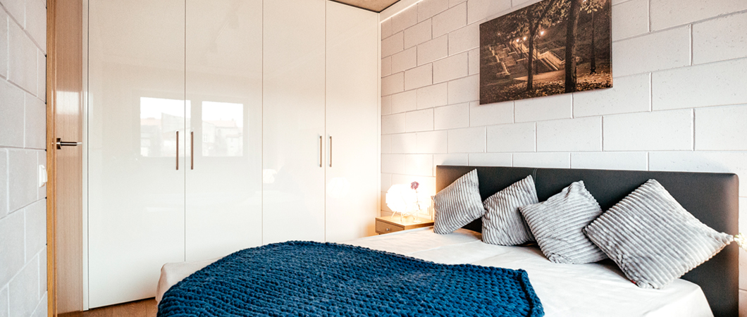 The bedroom looks elegant, but cosy, thanks to PerfectSense Gloss.