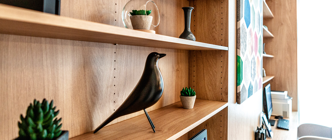The wall shelf (H3170 ST12) showcases decorative highlights and adds natural charm to the room.