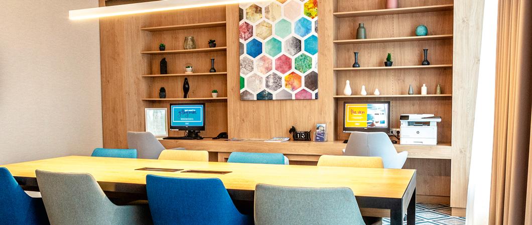 L'étagère murale (H3170 ST12) permet de mettre en valeur les éléments décoratifs et confère un charme naturel à la pièce.