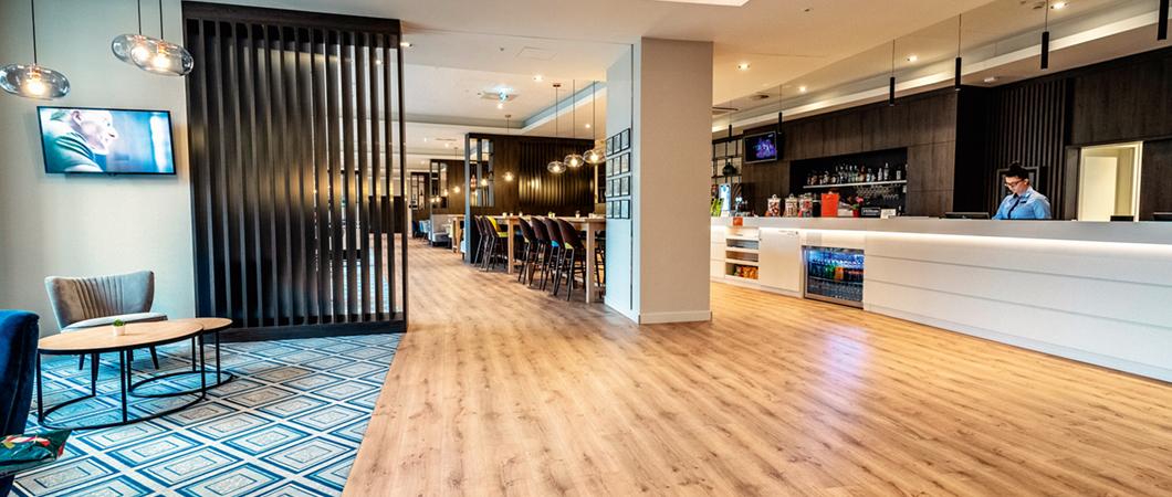 L'espace de réception est très élégant grâce au décor Chêne Denver graphite utilisé en combinaison avec des éléments blancs.