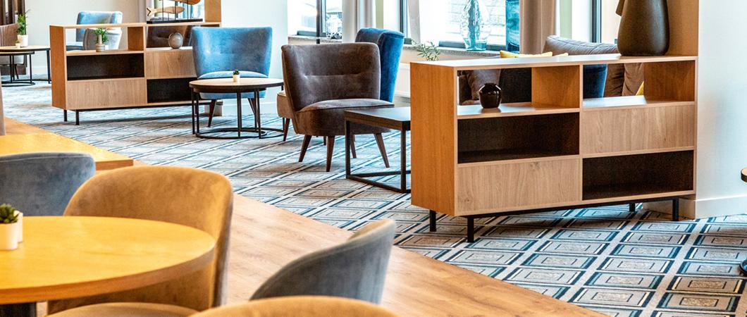 De petits meubles réalisés avec les décors H3170 ST12 et H1387 ST10 divisent le grand espace.