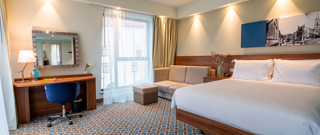 Le décor H3734 ST9 Noyer de Bourgogne naturel est utilisé dans les chambres de l'hôtel pour créer un look moderne.