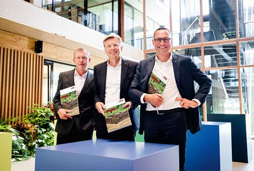 La gerencia del Grupo EGGER Walter Schiegl, Ulrich Bühler y Thomas Leissing (desde la izquierda) informaron un año fiscal positivo y grandes planes para el futuro.