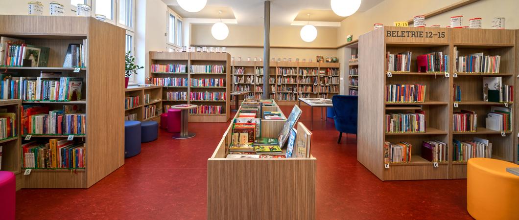 Jednoduché a kvalitní regály v dekoru H3344 ST36 Dub Fineline přírodní dávají možnost uchovat knihovně v Šumperku desetitisíce knih