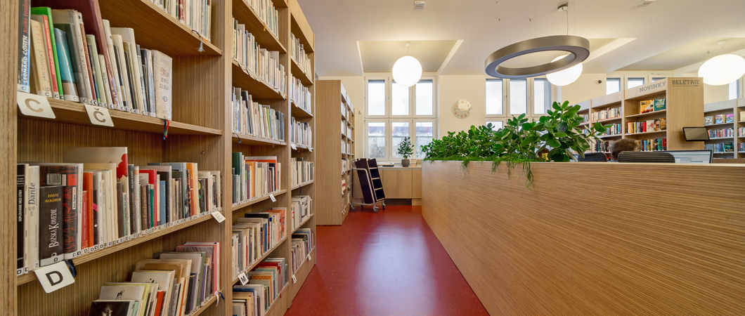 O výrazný prvek v knihově se zasloužila velká dekorační oddělující příčka s rostlinami.