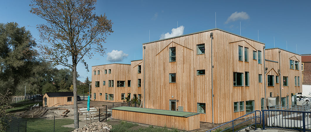 De moderne architectuur van het nieuwbouw kinderdagverblijf