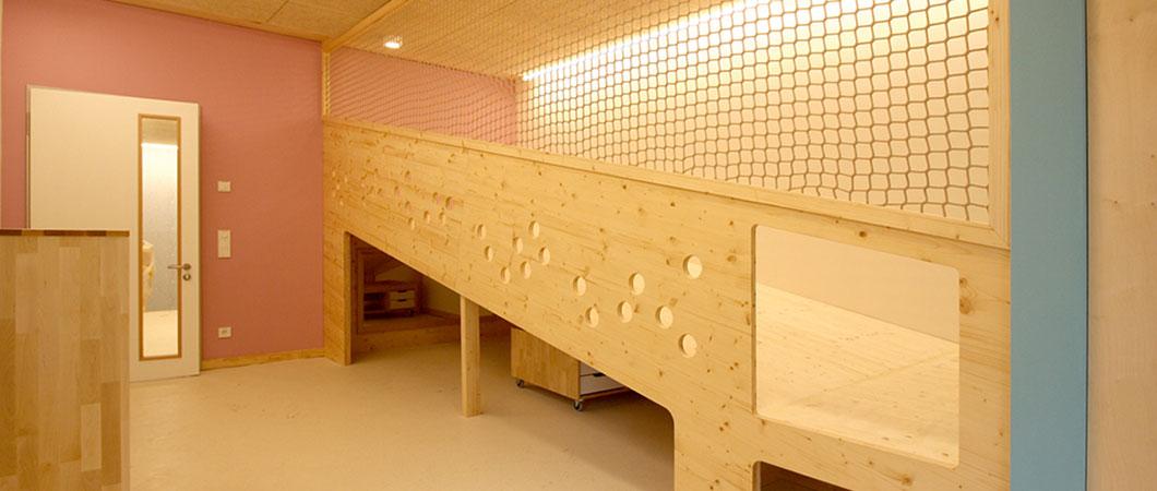Het gebruik van natuurlijke materialen weerspiegelen het pedagogische concept van het kinderdagverblijf.