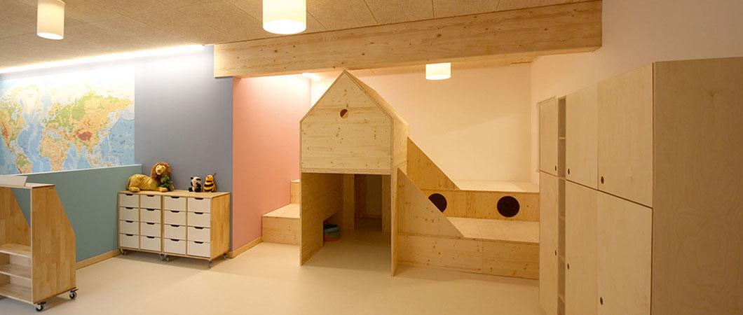 Voor de meubels werd hoofdzakelijk massief hout gebruikt.