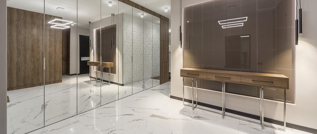 Für die Verkleidung von Wänden und Säulen wurden EGGER melaminharzbeschichtete Spanplatten verwendet.