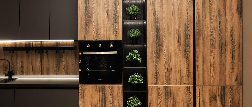 Плиты PerfectSenseMatt U 961 PM/ST2  Черный графит в сочетании с древесным декором.
