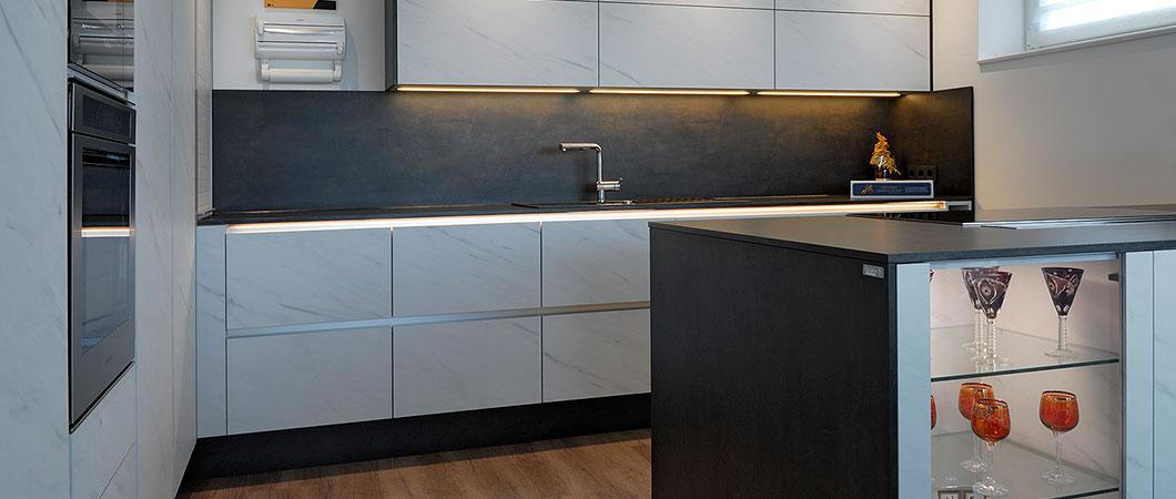 Küche im Retro-Schick dank F812 PM Levanto Marmor weiss.