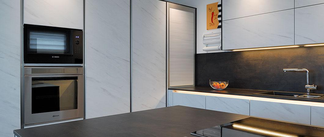 Durch die Anti-Fingerprint Eigenschaft der PerfectSense Matt Lackplatten eignen sich diese besonders gut für grifflose Küchenfronten.