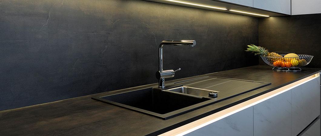 Metallische Optik F629 ST16 Metal Slate schwarz-gold für Arbeitsplatte und Nieschenrückwand.