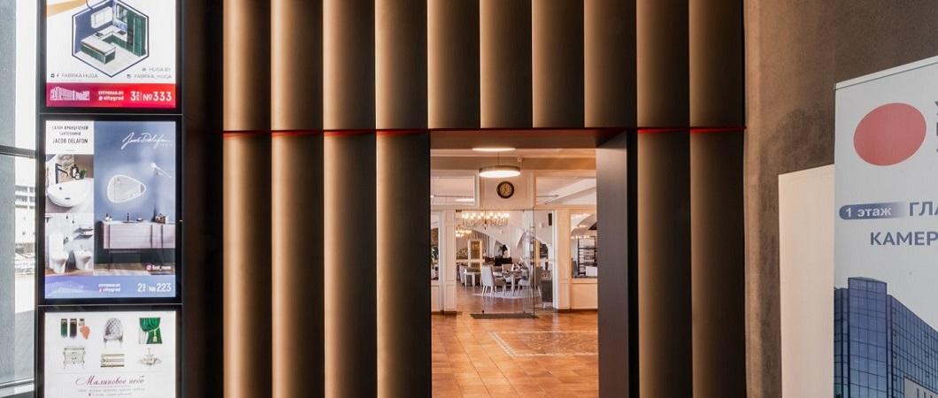 Оформление холла возле лифта также выполнено ЛДСП Эггер
