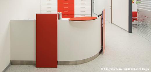 Productos con superficies antibacterianas en la entrada de una consulta médica.