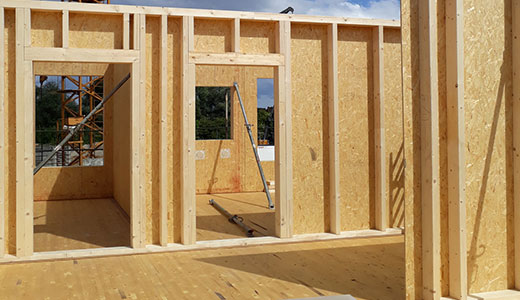 Prefabricated exterior walls with EGGER DHF panels for the exterior cladding and EGGER OSB 4 TOP for the interior cladding