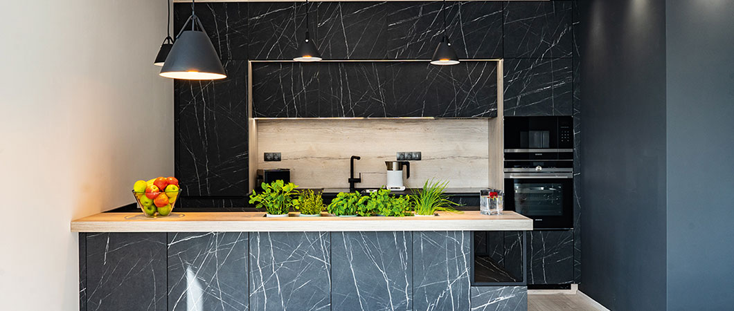 The pure elegance in the kitchen radiates from the decor of the  F206 PM Black Pietra Grigia marble.
