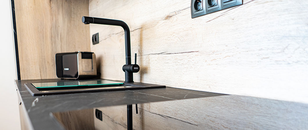 The H1176 ST37 White Halifax Oak goes perfectly with the  F206 PM Black Pietra Grigia marble decor and with the black accessories following the current trend for black.