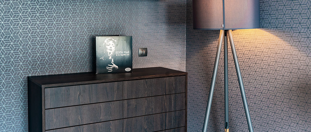 The LED strips on the furniture in the bedroom add to the cosiness and create a pleasant atmosphere.